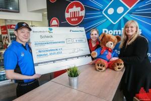 Store-Manager Kris Glaser und Corinna Ulrich (l.) vom Domino's Marketing übergaben den übergroßen Scheck mit den Spendengeldern an Katja Sonnenstuhl (r.) von Herzenswünsche e.V. (Foto: rwe)