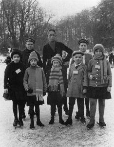 Schlittschuhlaufen auf dem Schlossgraben in Münster um 1922/23: Helge (unten, 2.v.l.) Jochen (oben rechts) und Lissy Domp (unten rechts). (Foto: Sammlung Möllenhoff/ Schlautmann-Overmeyer)