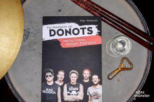 Optimale Proberaumlektüre: Die Geschichte der Donots. (Foto: Michael Wietholt)