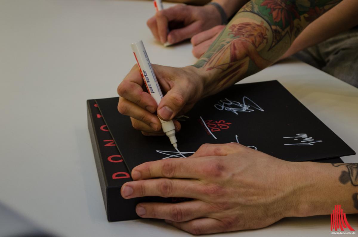 Nach dem Mini-Konzert wurden den Fans Autogrammwünsche erfüllt. (Foto: th)