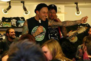 Bierchen, Freunde, und ein Akustik-Set, sichtlich gut gelaunte Donots bei Green Hell Records. (Foto: mw)