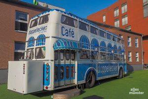 """Das Verwaltungsgericht Münster verfügte das Aus für den """"Doppellecker""""-Bus im Hafen, aber der Betreiber will das so nicht hinnehmen. (Foto: Tessa-Viola Kloep)"""