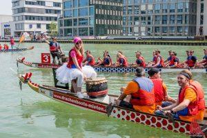 Ob Wikinger oder Prinzessin: Die Teilnehmer des Drachenbootrennens im Hafen waren bei der Wahl der Outfits kreativ. (Foto: Thomas Hölscher)