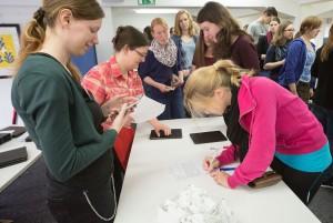 Ohne Unterschrift keine Tablet: Großer Andrang herrschte bei der Ausgabe der 200 Leihgeräte für das Medizinstudium (Foto: FZ/Schirdewahn)