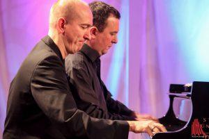 Vierhändig spielen Bernd Lhotzky und Chris Hopkins. (Foto: bk)
