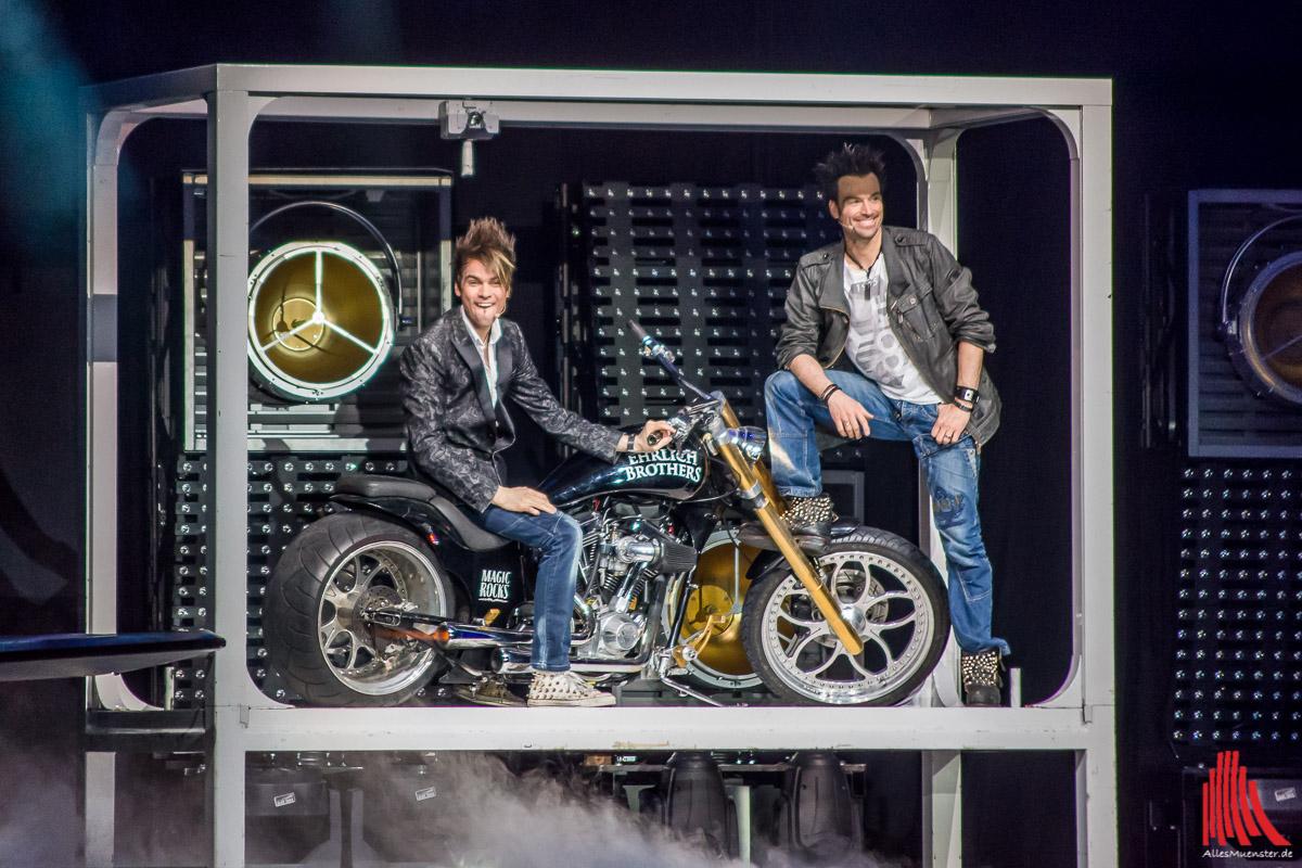 Auch das Erscheinen lassen eines Motorrades aus einem überdimensionalen iPad ist für die Brüder kein Problem. (Foto: th)
