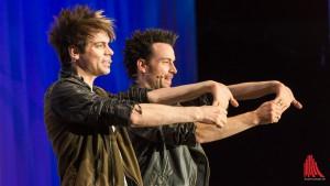 Das Magier-Duo Chris (li.) und Andreas Ehrlich beweist, dass nichts ist, wie es scheint. (Foto: wf / Weber)