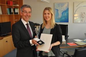 Polizeipräsident Hajo Kuhlisch überreicht die Medaille für Verdienste um die Innere Sicherheit an die Münsteranerin Carolin Stricker. (Foto: POL-MS)