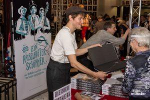 Nach dem Auftritt waren Autogramme von Nippoldt für sein großformatiges Buch gefragt. (Foto: Thomas Hölscher)