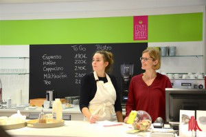 Inhaberin des EINZELHANDEL - ZUM WOHLFÜLLEN Meike Schulzik (re.) mit ihrer Mitarbeiterin Felicitas Esser. (Foto: tk)