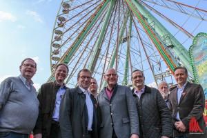 Marktmeister Wolfgang Rölver (l.), SPD-Abgeordneter Wolfgang Heuer (3.v.l.), Oberbürgermeister Markus Lewe (4.v.r.) und Schausteller-Chef Fritz Heitmann (3.v.r.) sowie einige Vertreter aus den Reihen der Schausteller haben bereits gemeinsam eine Runde auf dem Send und im Riesenrad gedreht. (Foto: je)