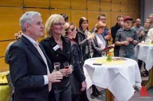 """""""Ein Prost auf Euch!"""" Prof. Dr. Wolfgang Hufnagel und Beate Welp-Gerdes verabschieden ihre diesjährigen Absolventen. (Foto: th)"""