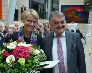 Innenminister Herbert Reul (r.) beglückwünscht Dorothee Feller (l.) zu Ihrem neuem Amt als Regierungspräsidentin (Foto: Bezirksregierung Münster)