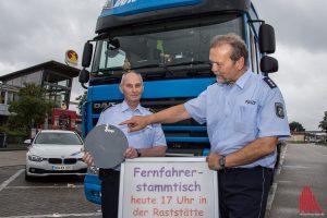 Rudi Koriath und Christoph Becker von der Polizei mit der Metallplatte, die einem Autofahrer zum Verhängnis wurde. (Foto: th)