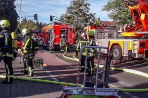Die Feuerwehr konnte ein Ausbreiten des Feuers auf die angrenzende Tankstelle verhindern. (Foto: privat)