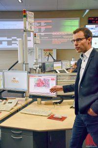 Gerrit Kleinhans, zuständig für den Schutz kritischer Infrastrukturen bei der Feuerwehr Münster, zeigte die NINA-App in Aktion. (Foto: so)