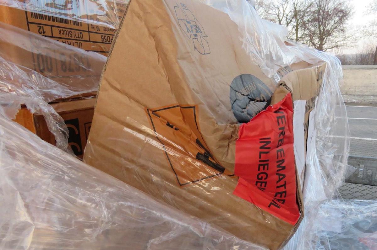 Solch eingedrückte Kartons stellen eine Gefahr dar. (Foto: PP Münster)