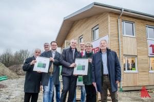 Umweltminister Johannes Remmel (Mitte) auf einer Baustelle in Gievenbeck. Hier wird eine Flüchtlingseinrichtung in klimafreundlicher Holzbauweise errichtet - dafür hab es sogar eine Auszeichnung. (Foto: th)