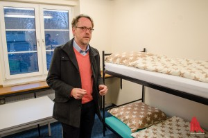 Udo Schröder-Hörster von den Johannitern zeigt ein bezugsfertiges Zimmer. Insgesamt 60 werden erstmal zur Verfügung stehen. (Foto: th)