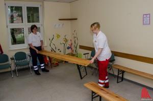 Mitarbeiter der Hilfsorganisationen bauen eine Sanitätsstation in der York-Kaserne auf. (Archivbild: Thomas Hölscher)