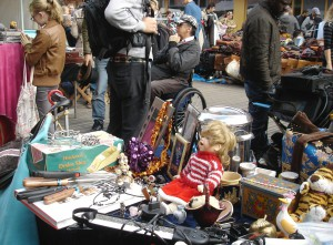 Prall gefüllte Tische und jede Menge Schnäppchenjäger: Am Samstag werden auf der Promenade wieder gute Geschäfte gemacht. (Foto: CC0)