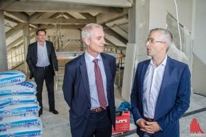 """(v.l.:) Martin Schuster und Dr. Hennig Müller-Tengelmann (Stadtwerke) überzeugen sich gemeinsam mit Jens Kallfelz (""""KopfKunst"""") vom Stand der Bauarbeiten. (Foto: th)"""