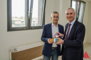 Brot und Salz zum Einzug: Stadtwerke-Chef Dr. Hennig Müller-Tengelmann (re.) begrüßt Jens Kallfelz im Flechtheimspeicher. (Foto: th)
