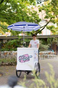 """Steffi hat sich erst vor einem Jahr mit ihrem Eis """"Flips"""" selbständig gemacht. (Foto: Helena Peters)"""