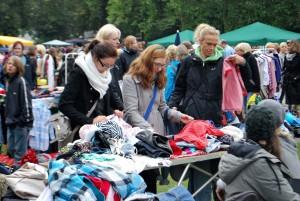 Stöbern beim ersten Promenadenflohmarkt des Jahres. (Foto: Hertel)