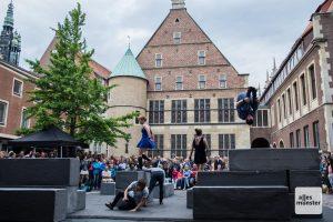 """Die Gruppen Motionhouse und NoFit State Circus begeisterten das Publikum mit ihrem akrobatisch getanzten Stück """"Block"""". (Foto: Thomas Hölscher)"""