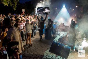 Die Parade BIVOUAC der französischen Gruppe Générik Vapeur sahen am Samstagabend schätzungsweise 6.000 Zuschauer. (Foto: Thomas Hölscher)