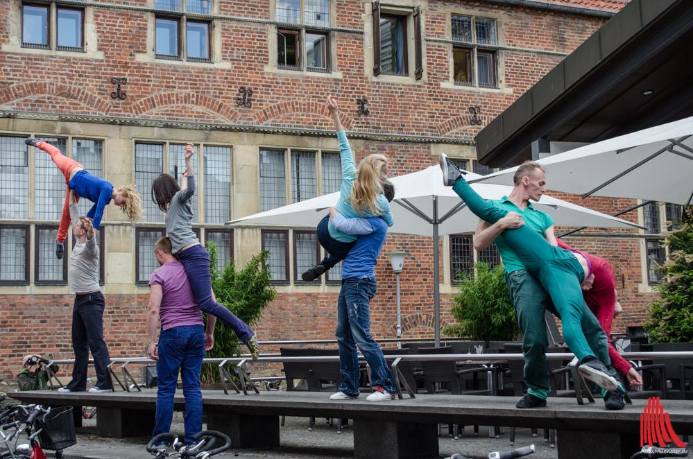 Das Chelyabinsk Contemporary Dance Theater tanzt vor der Stadtbücherei. (Foto: th)