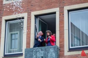 Oberbürgermeister Markus Lewe, hier mit Claire Howells vom Theater Titanick, eröffnete die Flurstücke 015. (Foto: th)