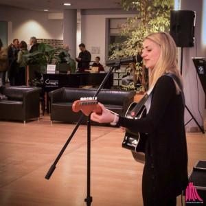 Die Münsteraner Musikerin Van de Forst spielte zur Eröffnung der Ausstellung. (Foto: cb)