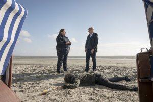 """Im Wilsberg-Fall """"Morderney"""" wird am Strand eine Leiche gefunden. (Foto: ZDF / Thomas Kost)"""