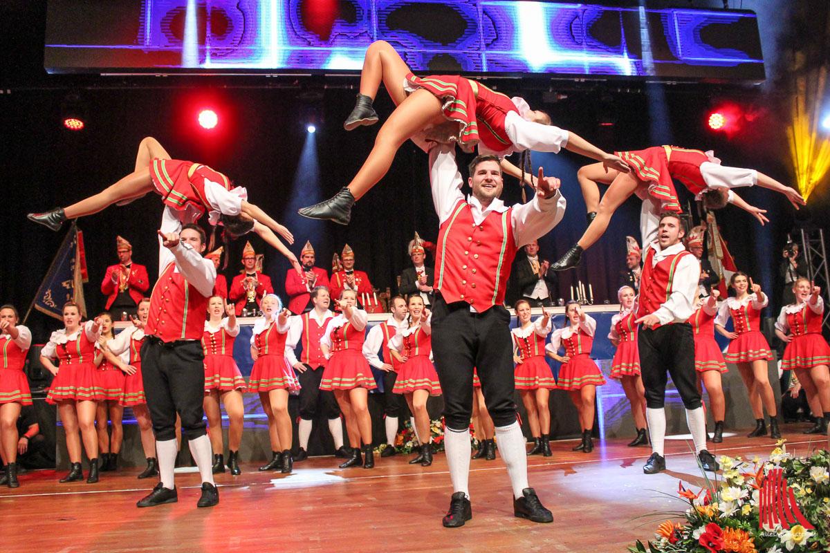 """Das Rheinische Tanzkorps """"Echte Fründe"""" begeisterte bei der Gala mit tänzerischer Höchstleistung, Hebefiguren und fliegenden Mariechen. (Foto: je)"""