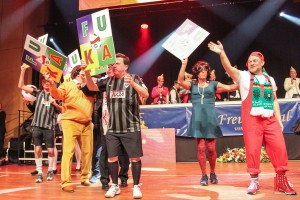 Die Mitglieder des Elferrats schlugen als Fußballkarnevalisten tänzerisch die Brücke zwischen dem SCP und der fünften Jahreszeit. (Foto: je)
