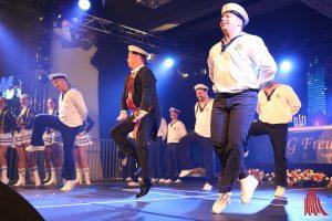Freudenthal-Präsident Jan Homann wurde bei der Show des Tanzcorps Blaue Jungs zum maritimen Tänzer. (Foto: je)
