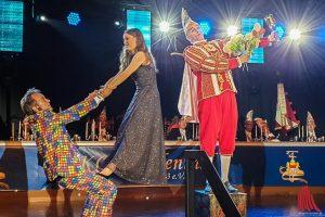 """Gala-Gast Katharina Kroll wurde spontan zur charmanten Helferin des Duos """"Chapeau Bas"""" auf der Bühne. (Foto: Jennifer von Glahn)"""