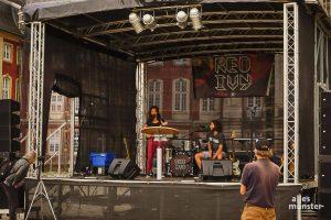 Die münstersche Pop-Rock-Band Red Ivy spielte bei der Abschlusskundgebungauf dem Schlossplatz. (Foto: Luca Jacob)