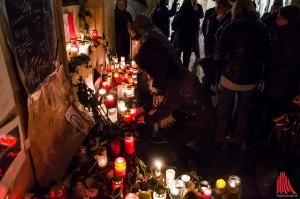 Viele legten am Rathaus Blumen nieder und zündeten Kerzen an. (Foto: th)