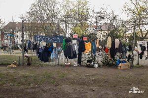 Solange sowieso keine Kinder auf den Spielplatz dürfen und die Vorgaben des Ordnungsamts eingehalten werden, darf der Gabenzaun am Hansaplatz bleiben. (Foto: Lisa Bauwens)