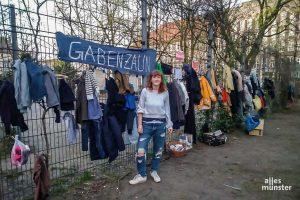 Tessa Termath, eine der Initiatorinnen, vor dem Gabenzaun am Hansaplatz. (Foto: Lisa Bauwens)