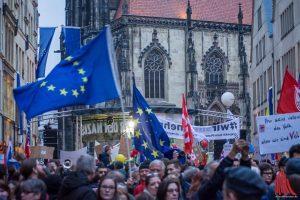 Es wurden diesmal auffallend viele Europa-Fahnen geschwenkt. (Foto: Thomas Hölscher)