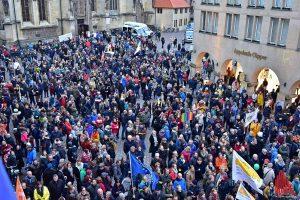 Insgesamt haben sich laut Veranstalter über 10.000 Menschen am Protest gegen den AfD-Neujahrsempfang beteiligt.