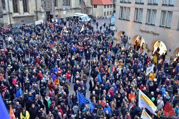 Insgesamt haben sich laut Veranstalter über 10.000 Menschen am Protest gegen den AfD-Neujahrsempfang beteiligt. (Foto: Tessa Viola-Klöpp)