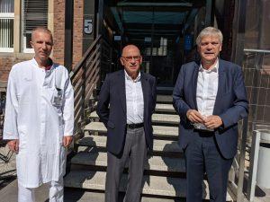 Rufen dringend zur Corona-Impfung auf (v.l.): Prof. Dr. Ralf Schmitz (UKM Geburtshilfe), Prof. Dr. Hugo Van Aken (Ärztlicher Direktor UKM) und Dr. Hans-Albert Gehle (ÄKWL). (Foto: UKM)