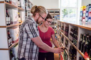 """Sie sind die Experten, wenn es ums Bier geht: Pauline Wolf und Clemens Kühn von """"Getränkefeinkost"""". (Archivbild: th)"""