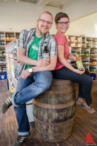 """Clemens Kühn und Pauline Wolf eröffnen ihren Laden """"Getränkefeinkost"""" in Münster. (Foto: th)"""