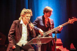 Gitte Haenning begeistert Münster, im Hintergrund Bassist Oliver Potratz. (Foto: bk)